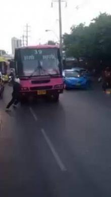 วินาทีช่วยเหลือสาว ถูกรถเมล์สาย39เหยียบ!!
