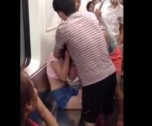 สองสาว เปิดศึกฉีกเสื้อผ้าตบกันยับ ในรถไฟใต้ดิน ต่อหน้าคนนับสิบ