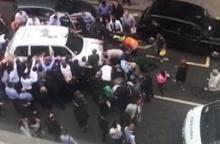 น่าประทับใจ!! คน 30 คนรวมพลังช่วยกันยกรถ เพื่อช่วยผู้หญิงคนนี้!!