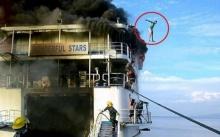 ระทึก ไฟไหม้เรือเฟอร์รี่ ผู้โดยสารกระโดดลงน้ำหนีตาย!!