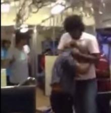 ทำไมไม่มีใครช่วย?!!! หนุ่มเลือดร้อน รัวหมัดใส่คนแก่บนรถไฟ!!