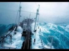 ระทึกกับภาพ 10 อันดับเรือฝ่าพายุกลางทะเล!!