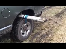 วิธีง่ายๆ เมื่อรถติดหล่ม แค่ไม้กับเชือกก็ช่วยได้