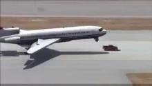 สุดยอดฮีโร่เครื่องบินล้อหน้าไม่กาง  จนท.ขับรถปิ๊กอัพไปรับล้อหน้า