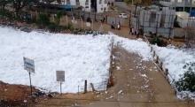 นึกว่าหิมะ!! โฟมพิษปกคลุมทะเลสาบอินเดีย..ปลิวว่อนเมือง