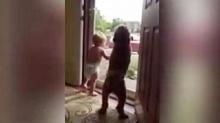 น่ารัก่อะ!!เมื่อ หนูน้อย กับ น้องหมา ดีใจฝุดๆที่เห็นป๊ะป๋ากลับบ้าน