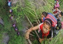 เรื่องจริงสะเทือนใจ!!เด็กๆต้องปีนเขาสูงกว่า800ม.เพื่อไปเรียน(คลิป)