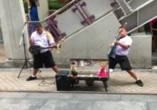 แชร์ความน่ารัก!!หนุ่มน้อยนักดนตรีเปิดหมวก ปะทะพิณกัน ม่วนอิหลี...