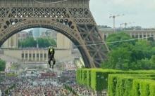 หวาดเสียวสุด!!! โรยตัวที่ความสูง 115 ม. จากหอไอเฟล ชมวิวสวยกลางกรุงปารีส (คลิป)