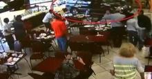 นั่งกันอยู่ดีๆ รถยนต์พุ่งเข้าร้านอาหารพังเละเจ็บเกลื่อน!