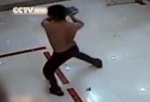 หนุ่มจีนคลั่งทุบตู้ ATM  ส่งจูบให้กล้องด้วยซะงั้น