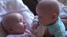 น่าร๊ากก! พ่อจับลูกแฝดมาคุยกัน