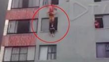 ลุ้นระทึก!! วินาทีจนท.กู้ภัยถีบหญิงพยายามฆ่าตัวตายกลับเข้าห้อง