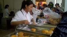 สาวจีนมือจรวด หยิบขนมใส่ถุงเร็วสุดหลุดโลก (ชมคลิป)