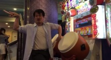 อย่างฮา!! ลุงโชว์เล่นเกมตีกลอง แดนซ์มันสุดเหวี่ยงหน้าตู้ ลีลามีร้อยให้ล้าน!