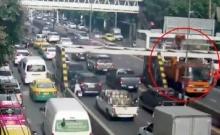 รถการไฟฟ้าซิ่งชนเต็มๆ คานกั้นความสูงสะพานข้ามแยกพญาไท !!