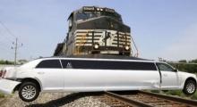 หมดกัน !! คลิปรถไฟพุ่งชนรถลิมูซีนคันงาม ไม่เหลืออะไรเลย