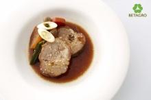 หมูชาบูต้มซีอิ๊วเสิร์ฟพร้อมผักและเห็ดญี่ปุ่น