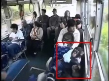มีน้ำใจ!!!เจ้าลิงน่ารัก ลุกขึ้นให้ คนแก่ นั่งบนรถเมล์