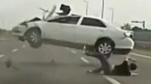 วินาทีชนโหด!! จนคนในรถกระเด็นออกมากลางถนน