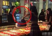 เอาที่สบายใจ!! สาวไฮโซปาเงินใส่หน้าพนักงานร้านทอง กลัวไม่รู้ว่ารวยจริง!!
