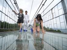 สะพานกระจกที่ยาวที่สุดในโลกของจีน...เอิ่มมาตรฐานจีนเช็คก่อนดี ๆนะ