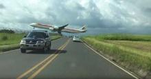 ระทึก!! แอร์บัสบินต่ำมาก ๆ หวิดปะทะกับรถยนต์ซะแล้ว!!