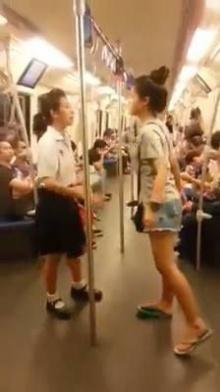 ชะนีเกรียน!! ตบกันบนรถไฟฟ้า ผู้โดยสารถึงกับอึ้ง