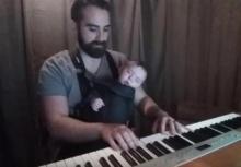 น่ารักอ่ะ!!คุณพ่อเล่นเปียโนกล่อมลูกหลับได้ใน30วิฯ!!
