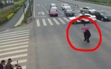 ใจหล่ออีกแล้ววว! เมื่อตำรวจจอดรถขวางกลางถนน ทำสิ่งที่ไม่น่าเชื่อนี้! (มีคลิป)