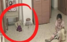 เป็นใครก็หลอน!!! พ่อแอบตั้งกล้องวงจรปิดเพื่อส่องลูกสาว แต่มันเกิดความผิดปกติขึ้นกับตุ๊กตาตัวนี้ (คลิป)