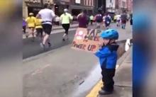 """กำลังใจวัยจิ๋ว! เด็กน้อยชูป้าย """"แตะเพิ่มพลัง"""" นักวิ่งมาราธอนในสหรัฐฯ"""