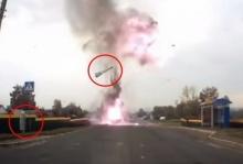 หวาดเสียว! รถระเบิด ฝากระโปรงปลิวเฉี่ยวคุณป้าหวุดหวิด