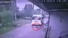 นาทีระทึก!! รถตู้ทับเด็ก 5 ขวบกลางถนน รอดตายปาฏิหาริย์