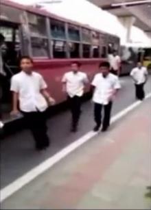 ทหารเคลียร์ให้ ไล่ตะเพิดเด็กช่างลงรถเมล์