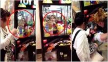 เข้าไปได้ยังไง 2หนูน้อยติดในตู้คีบตุ๊กตา กว่าจะช่วยออกมาได้ !!