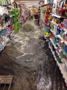 นาทีน้ำท่วมทะลัก ห้างดังกลางกรุง!!