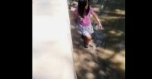 สวยเลย!! สาวยอมลุยน้ำเน่า เพื่อไปช่วยหมาน้อยตกคลอง