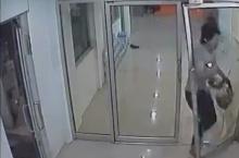 นาทีชีวิต!หนุ่มวิ่งทะลุกระจกหนีตายจากคู่อริ