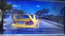 ดูไว้ !!!เก๋งมิตซูพยายามจอดแกล้งรถคันอื่น สุดท้ายรถเสยขึ้นเกาะกลางถนน