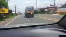 ปั่นท้าตาย...ท้ายรถบรรทุก!! หลายกิโลเมตร