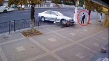 เกือบตาย!!! นักเรียนชายคนนี้รอดตายจากถูกรถชนอย่างเหลือเชื่อ
