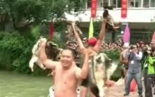 จีนคึกคัก!!ว่ายน้ำในแม่น้ำท่ามกลางสภาพอากาศหนาวเย็นแข่งจับเป็ด