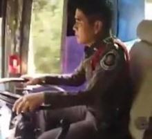 ตำรวจฮีโร่! ขับรถทัวร์แทนโชเฟอร์ที่เป็นลม