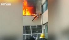 รอดตายหวุดหวิด นักดับเพลิงกระโดดหนีตายจากเพลิงไหม้