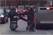 มอเตอร์ไซค์โหดถีบคว่ำ!! หลังเจอหญิงสาวข้ามถนนตัดหน้า