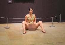 ทำไปได้!!สาวนั่งถ่างโชว์ จิ๊มิ กลางพิพิธภัณฑ์ปารีส!