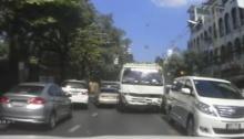 คลิปอีกมุม! รถบรรทุกแหกด่าน ชนยับไม่สนหน้าไหน