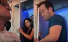 ออกมาถึงกับยิ้มแฉ่ง! แฉคู่รักหนุ่ม-สาวเข้าห้องน้ำด้วยกัน บนเครื่องบินก็ไม่เว้นหรอ?! (คลิป)