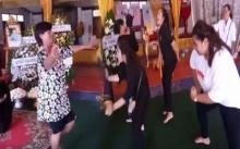 สายย่อหน้าศพ!! สาวโพสต์คลิปเต้นรำส่งวิญญาณพ่อ เผยเป็นคำขอสุดท้าย งดดราม่า !! (คลิป)